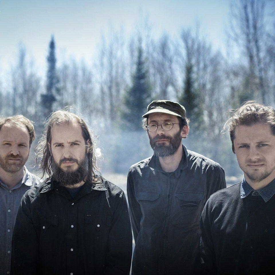 Les membres du groupe Avec pas d'casque dans une forêt
