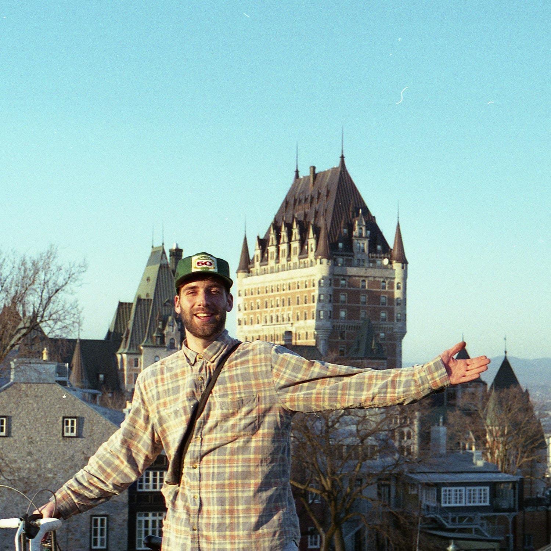 Jérôme 50 devant le château Frontenac de Québec