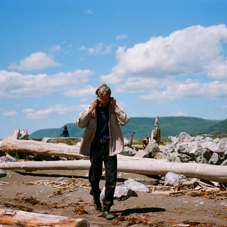 Jimmy Hunt qui marche sur une plage en Gaspésie