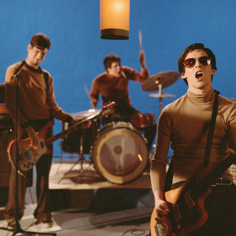 Les Marmottes Aplaties groupe punk rock avec leurs instruments