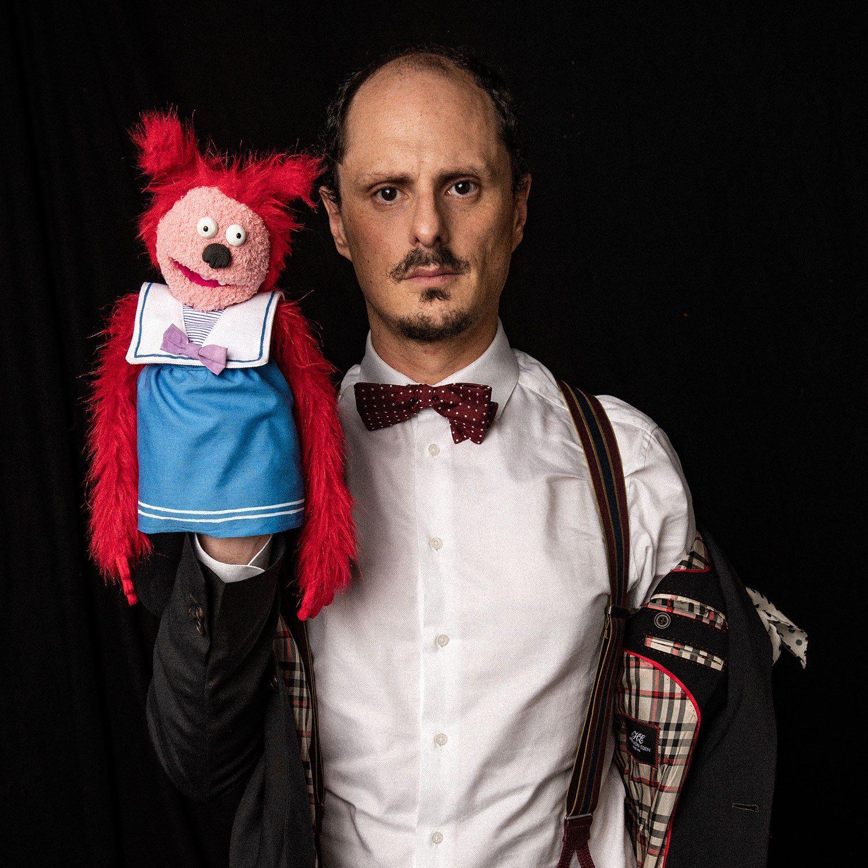 artiste Socalled avec une marionnette