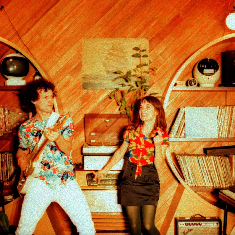 Blaze Velluto et Little miss Roy dans un salon vintage