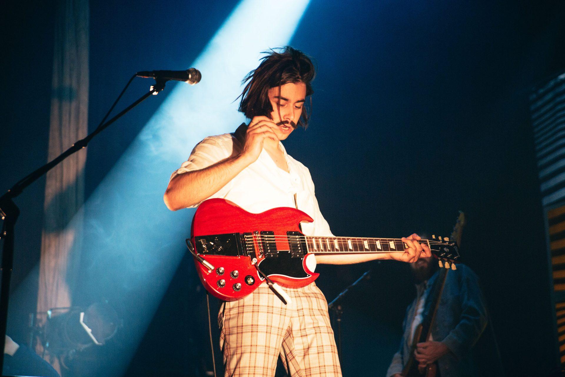 Le musicien Gab Bouchard sur scène avec sa guitare